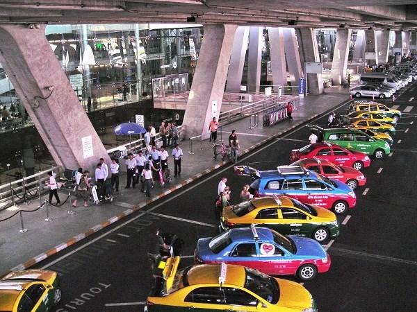 Taxi đầy sắc màu ở Sân bay quốc tế Thái Lan Bangkok