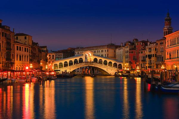 Cầu Rialto cây cầu cổ xưa nhát bắc qua con kênh Grand