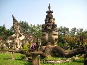 Khu vườn với hơn 200 bức tượng phật