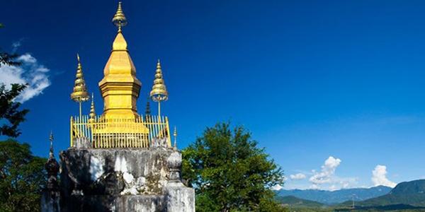 Chùa Phousi nằm trên ngọn núi với những bậc đá đi lên đầy ấn tượng
